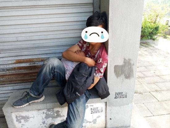 图为:正欲轻生的男子杨某。