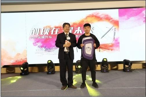 (陈锋主任为金奖选手颁奖)