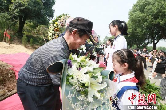 学生代表为两弹一星奉献者献上自己的鲜花现场。