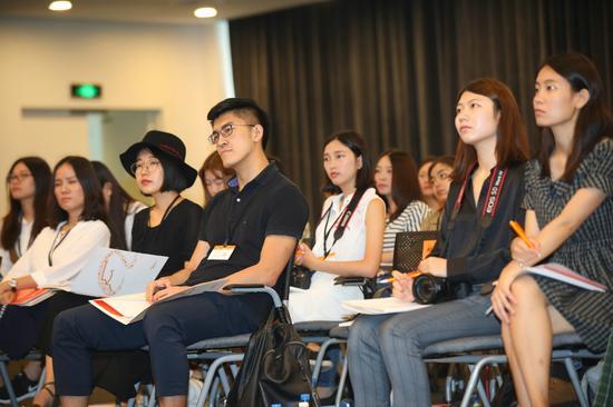 大学生记者聚精会神聆听平台治理发布会内容