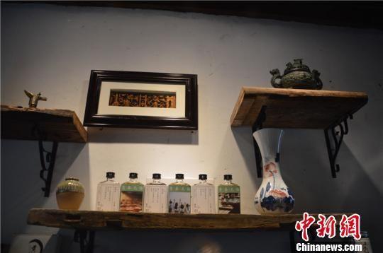 黄酒小店内的创意产品 吴平 摄