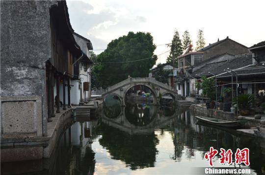 古镇中的一座古桥 吴平 摄