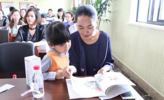 幼儿园老师正在讲述河马奶奶的故事
