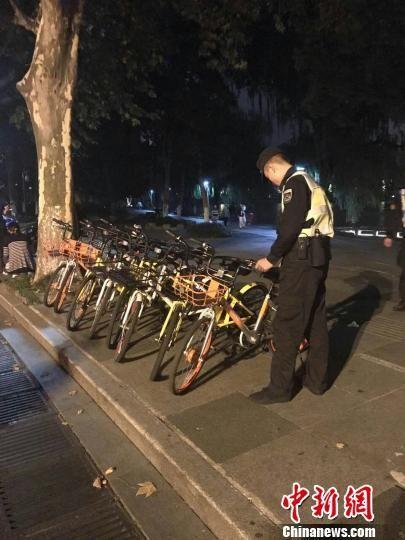 图为:夜间管理共享单车。 王潇婧 摄