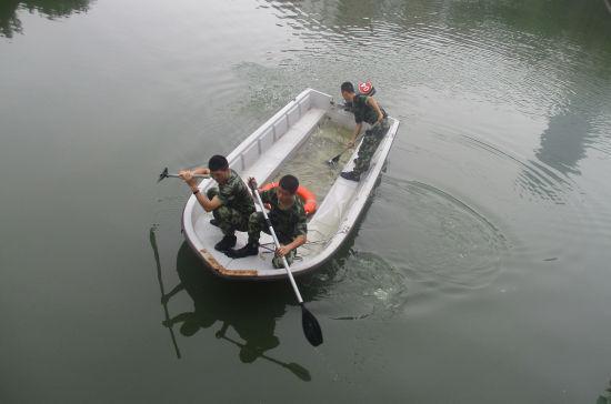 图为:武警官兵们在河里展开救援。