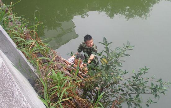 图为:武警官兵在河里展开救援。