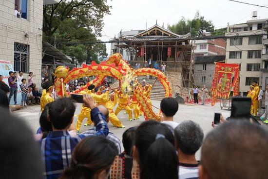 中秋佳节,泰顺村民舞龙舞狮庆祝廊桥灾后修复主体工程完工。陈海平 摄