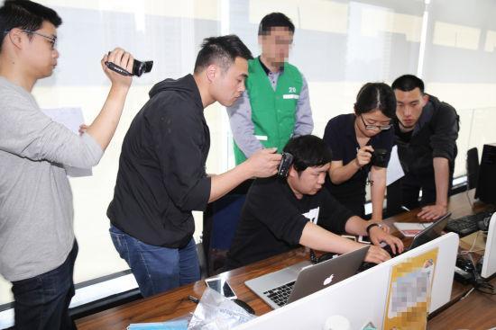 图为:民警在涉案公司取证。杭州警方供图