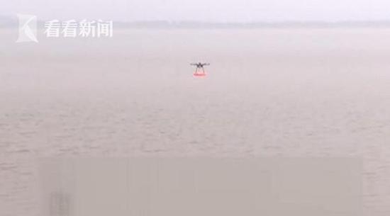 据杭州下沙公安科技科科长汪禺介绍,平时一般救援时的抛投有局限性的,无人机救生圈投放器可以精准投放。