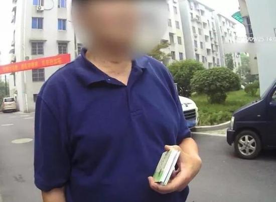 (杨锋和同事耐心开导陈师傅)