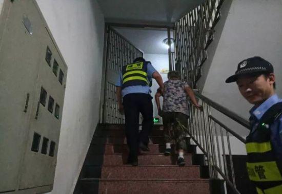 老人回到家中 嵊州宣传部供图