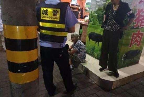 老人坐在路边 嵊州宣传部供图