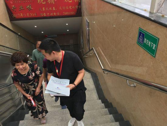 图为:龙港中央商业街项目人防指示信息。 陈振旭 摄