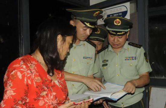 项宏应(左二)检查居住出租房屋消防安全。绍兴消防供图