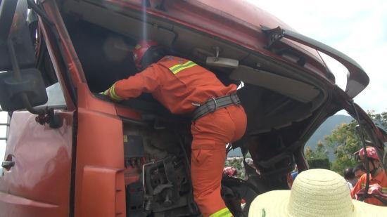 消防官兵对被困人员被卡位置进行破拆。 金华消防供图