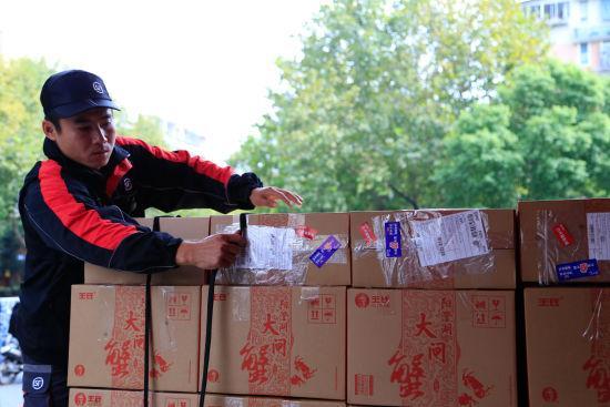 图为:快递员正在将待运走的大闸蟹礼盒码好。 王远 摄