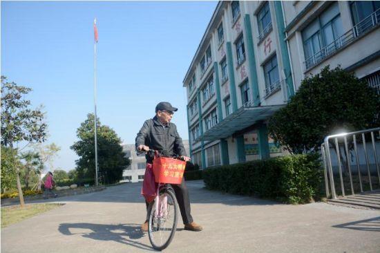 91岁高龄的胡汝明骑着自行车宣讲。奚金燕 摄