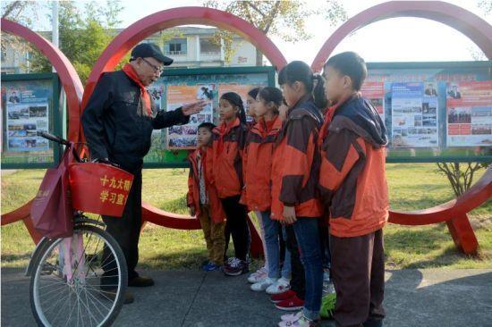 91岁高龄的胡汝明和同学们在一起。奚金燕 摄