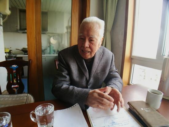 严刘祜老人在向记者讲述他的故事。王晨辉摄