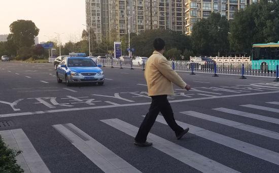 台州温岭街头出租车主动为行人让行。王刚 摄