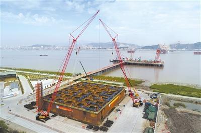 瓯江北口大桥南锚碇首节钢沉井完成拼装和混凝土浇筑。 赵用 摄