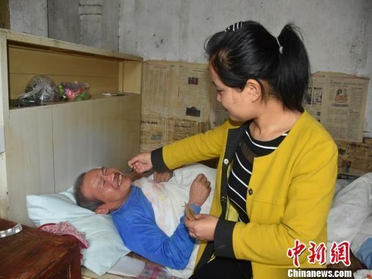 徐美玲在照顾父亲 巫林丽 摄