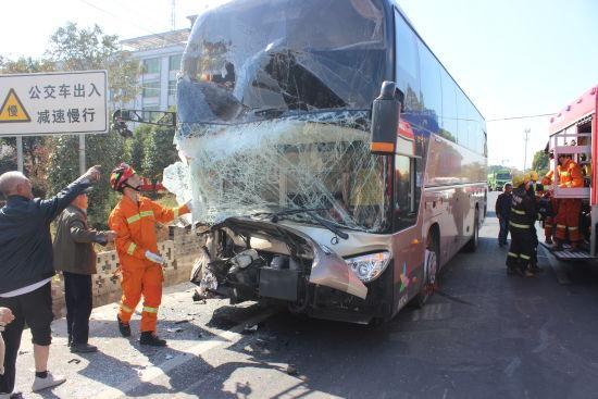 图为:大巴车挡风玻璃破碎不堪。 金东消防供图