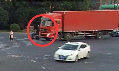 图为:女子被卷入货车底前一刻。 余杭警方供图