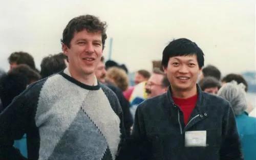 周健(右)和澳大利亚科学家Ian Frazer
