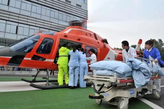 11月8日在市人民医院急诊大楼门前进行转送危重病人的模拟演练