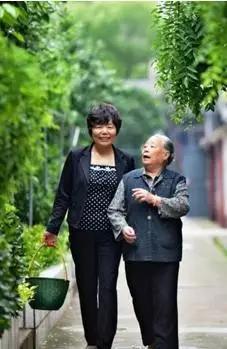 俞复玲(左)
