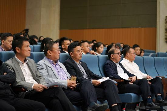 图为:温州市委常委、公安局长罗杰(首排左三)等人旁听庭审。 温萱(通讯员)提供