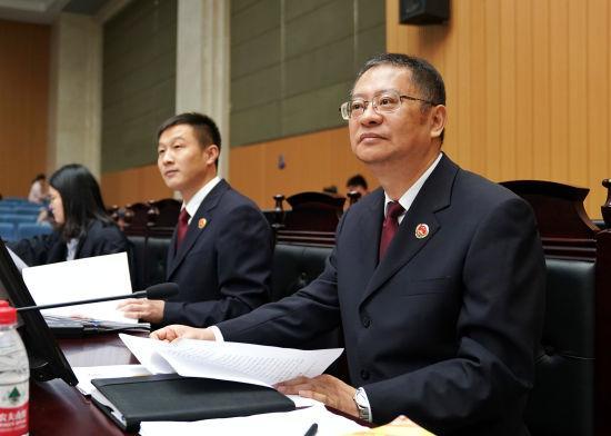 图为:温州市人民检察院检察长程曙明担任公诉人。 温萱(通讯员)提供