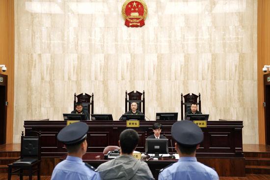 图为:温州中院院长徐亚农担任审判长。 温萱(通讯员)提供