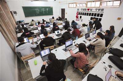 11月8日,义乌工商职业技术学院创业学院16视觉营销班的同学正上早自习。