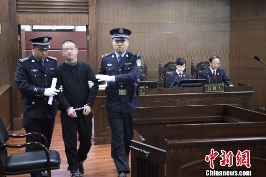 图为:被告人徐利被带上法庭。绍兴中院供图