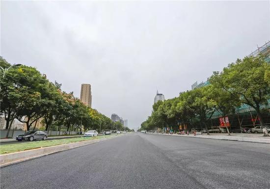 ▲锦绣路(横渎段)完成基层沥青铺设。 朱永春/摄
