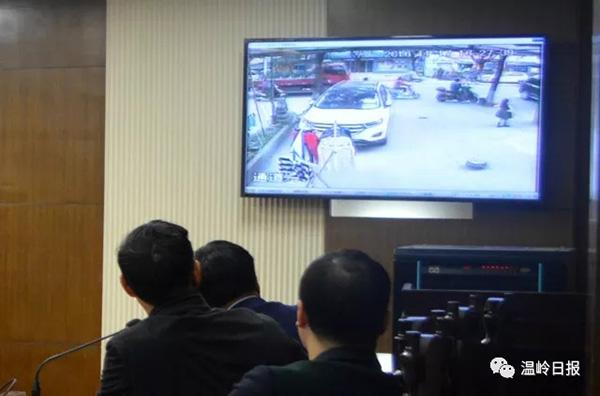 庭审时,当庭播放了事发时的监控视频。对于非法拘禁的事实,许某等三人均供认不讳,自愿认罪。