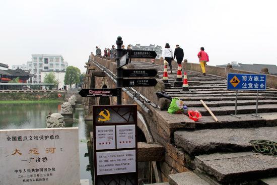 图为:广济桥正在维护中。 柱子 摄