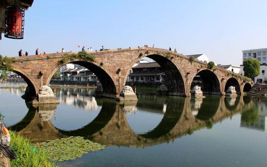 图为:横跨于京杭大运河上的广济桥。 柱子 摄