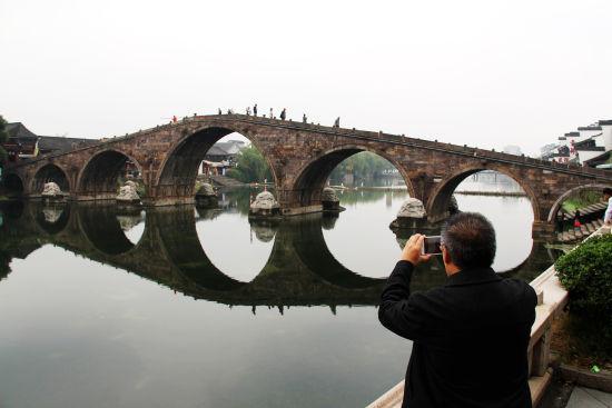 图为:游客驻足拍照。 柱子 摄