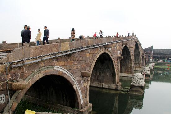 图为:保养后的广济桥。 柱子 摄
