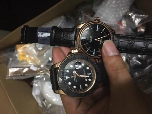 (图说:2017年7月13日,警方现场查获大量假冒品牌手表。)