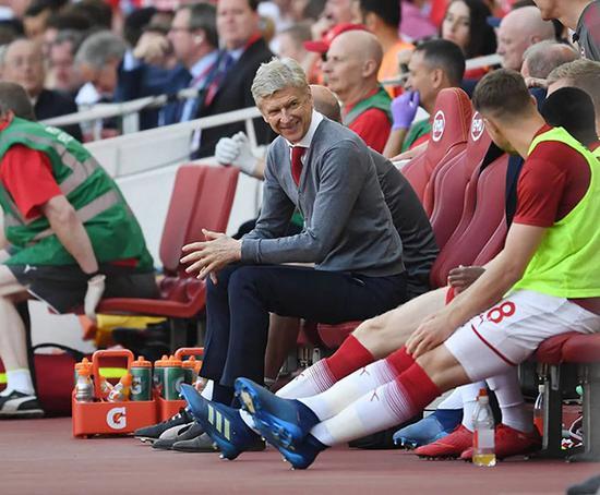 温格最后一次坐上酋长球场教练席。