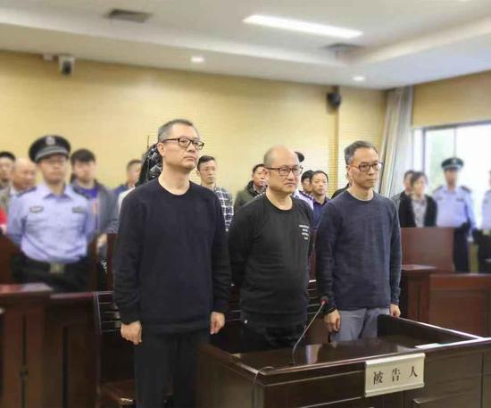 翁云翔(中)和另外两个同案被告人在宣判现场。浙江省高院供图
