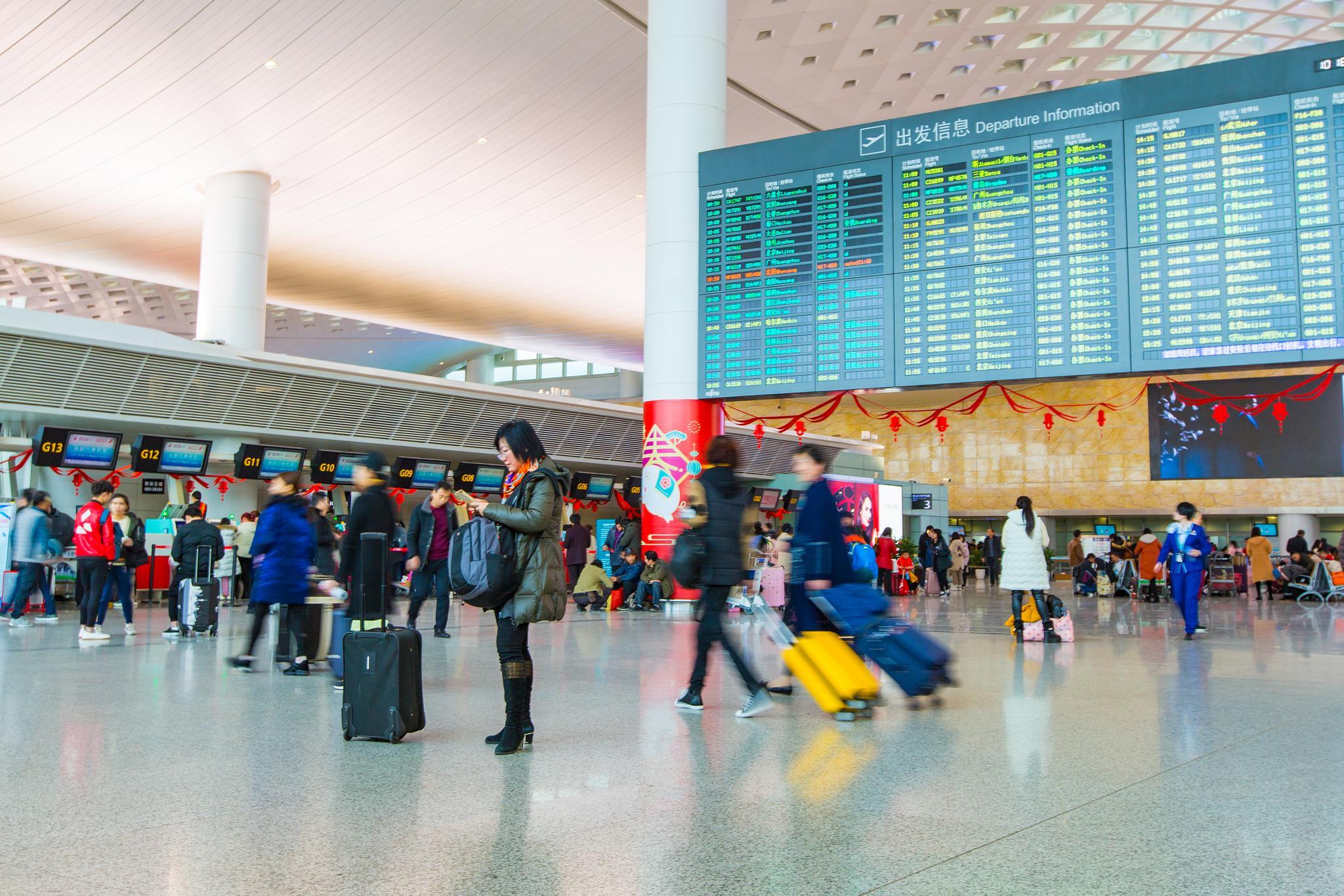 杭州萧山国际机场大厅正在被装扮新年饰品