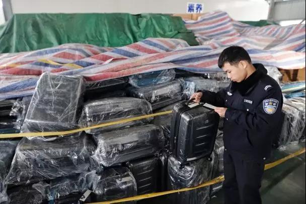 4千的新秀丽箱包卖700 嘉兴1团伙卖假货住别墅开奔驰