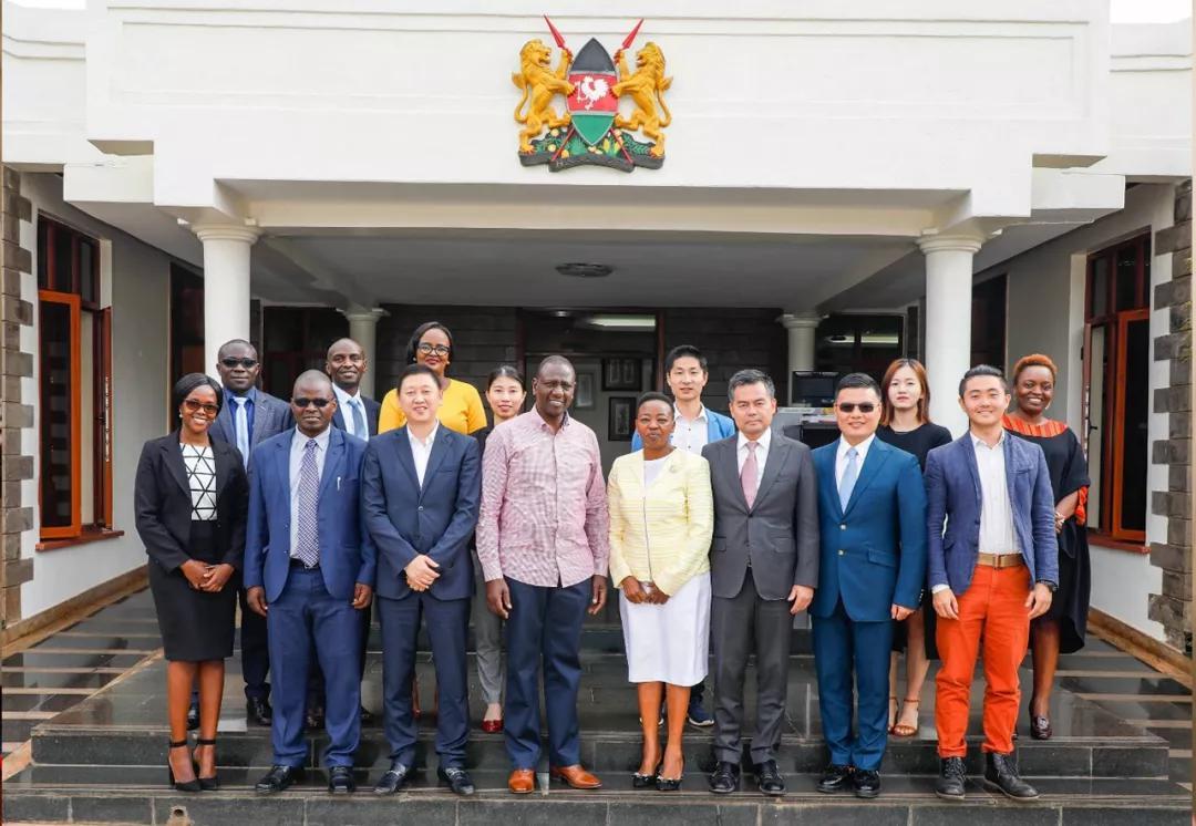 考察團與肯尼亞副總統威廉·魯托夫婦親切合影