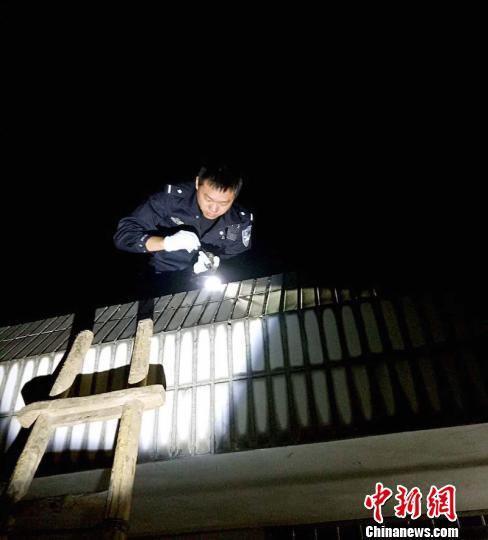 正在全神贯注地勘察现场的徐荣华 警方提供