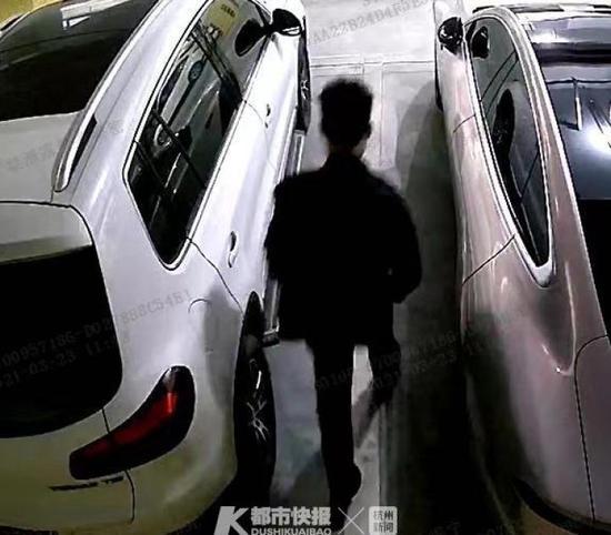 杭州一男子在小区停车库拉车门偷东西 已被刑事拘留